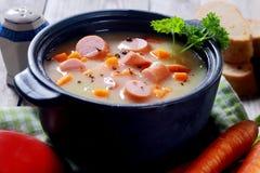 Prato de sopa apetitoso no potenciômetro preto Fotos de Stock Royalty Free