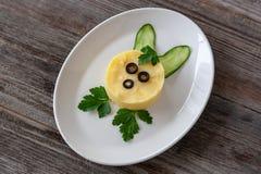 Prato de vegetariano: Batatas trituradas com pepinos frescos e verde imagens de stock royalty free