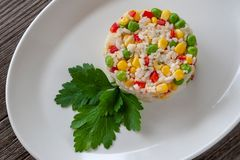 Prato de vegetariano: um prato do arroz fervido, do milho, de ervilhas verdes e de swe fotos de stock royalty free