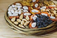 Prato de vime de madeira com frutos secados que se encontram nas parcelas fotografia de stock royalty free