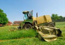 Prato dell'erba di taglio del trattore Immagini Stock Libere da Diritti