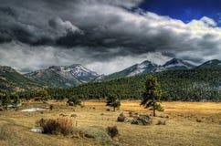 Prato della montagna in HDR immagini stock