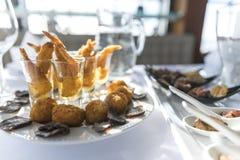 Prato do acionador de partida do marisco, aperitivo e alimento de dedo fritado Imagens de Stock Royalty Free