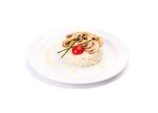 Prato do arroz branco com cogumelos e um tomate Fotos de Stock