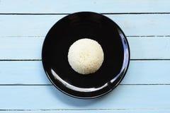 Prato do arroz no fundo azul, vista superior Fotografia de Stock Royalty Free