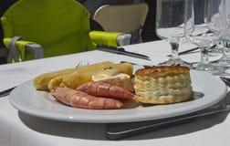 Prato do camarão com aspargo e bolo Imagens de Stock