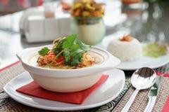 Prato do caril na tabela do restaurante Foto de Stock