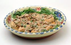 Prato do estragão da galinha, na grande bandeja Foto de Stock
