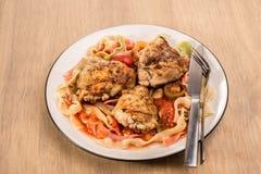 Prato do Fettuccine e do tomate da galinha Imagem de Stock