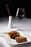 Prato do restaurante com vinho vermelho Imagens de Stock Royalty Free
