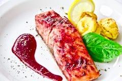 Prato do restaurante, salmão fritado imagens de stock royalty free