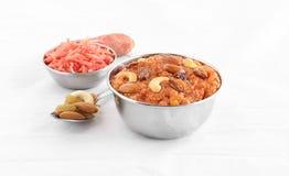 Prato doce indiano de Halwa da cenoura em uma bacia de aço Imagens de Stock Royalty Free