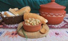 Prato dos grãos-de-bico com ervas e azeite Fotografia de Stock