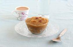 Prato e chá de Moong Dal Halwa Indian Festival Sweet fotografia de stock royalty free