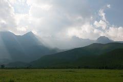 Prato e montagna Fotografie Stock