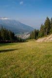 Prato e villaggio fotografia stock
