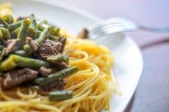 Prato: Espaguetes com vegetais e carne Imagem de Stock Royalty Free