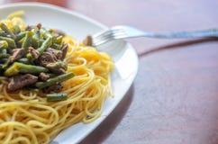 Prato: Espaguetes com vegetais e carne Imagens de Stock Royalty Free