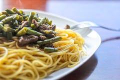 Prato: Espaguetes com vegetais e carne Foto de Stock