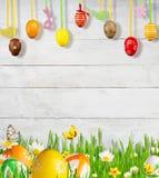 Prato idilliaco della molla con le uova di Pasqua e le farfalle Fotografia Stock Libera da Diritti