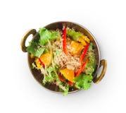 Prato indiano do restaurante do vegetariano e do vegetariano, salada fresca isolada, vista superior do quinoa fotos de stock