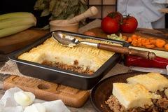 Prato inglês tradicional da torta de Shepherd's A receita com triturado seja Imagens de Stock