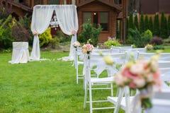 Prato inglese con le sedie per la cerimonia di nozze Immagini Stock Libere da Diritti