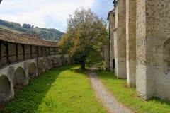 Prato inglese in cortile della chiesa fortificata, la Transilvania, Romania fotografie stock libere da diritti