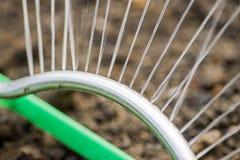 Prato inglese d'innaffiatura del giardino dello spruzzo automatico dell'impianto di irrigazione Spruzzatore di innaffiatura autom immagini stock libere da diritti