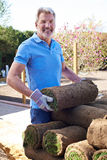 Prato inglese di Laying Turf For del giardiniere di paesaggio nuovo fotografia stock