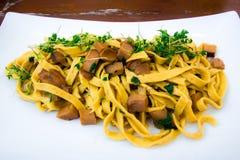 Prato italiano: tagliatelle com cogumelos do porcini fotografia de stock royalty free
