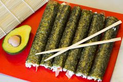 Prato japonês tradicional - os rolos do júnior do sushi wraped em algas verdes do nori Imagem de Stock
