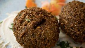 Prato libanês típico com falafel e vegetais foto de stock