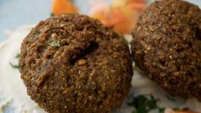 Prato libanês típico com falafel e vegetais imagens de stock