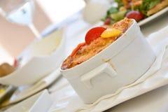Prato mediterrâneo cozido com a crosta na parte superior Foto de Stock