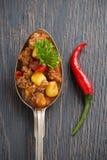 Prato mexicano chili con carne em uma colher em um fundo de madeira imagens de stock royalty free