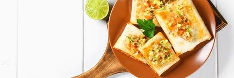 Prato mexicano tradicional - chimichanga Bolo de milho com molho triturado da carne, da pimenta, da cebola, do alho, dos oréganos fotografia de stock royalty free