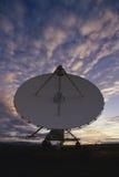 Prato muito grande do telescópio de rádio da disposição de VLA no crepúsculo imagem de stock royalty free
