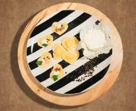 Prato preto e branco com o ravioli feito a mão na forma do coração, do queijo aberto e fechado, fresco e das poucas grões da pime Fotografia de Stock Royalty Free