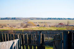 Prato russo del villaggio rurale - molla, i Urals Immagine Stock