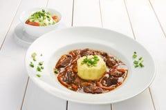 Prato saboroso do gourmet dois na tabela de madeira branca Fotos de Stock Royalty Free