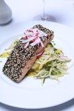Prato Salmon na toalha de mesa branca Imagens de Stock Royalty Free