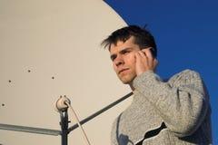 Prato satélite com homem novo Fotos de Stock Royalty Free