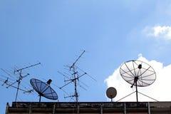 Prato satélite e antena de rádio Foto de Stock Royalty Free