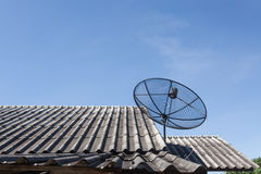 Prato satélite no telhado Fotografia de Stock Royalty Free