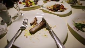 Prato sujo na tabela do alimento vídeos de arquivo