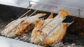 Prato tailandês nacional, peixes fritados no cuspe no sal e com verdes Alimento exótico de Tailândia e de Ásia vídeos de arquivo