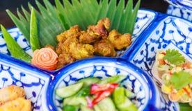 Prato tailandês tradicional do alimento: Asas de frango frito da cúrcuma, do alho e da pimenta preta Alimento cultural da rua de  imagem de stock royalty free