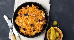 Prato tradicional da culin?ria do polimento - Bigos da couve, da carne e das ameixas secas frescas foto de stock royalty free