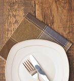 Prato vazio, faca e forquilha e guardanapo marrom Imagem de Stock Royalty Free